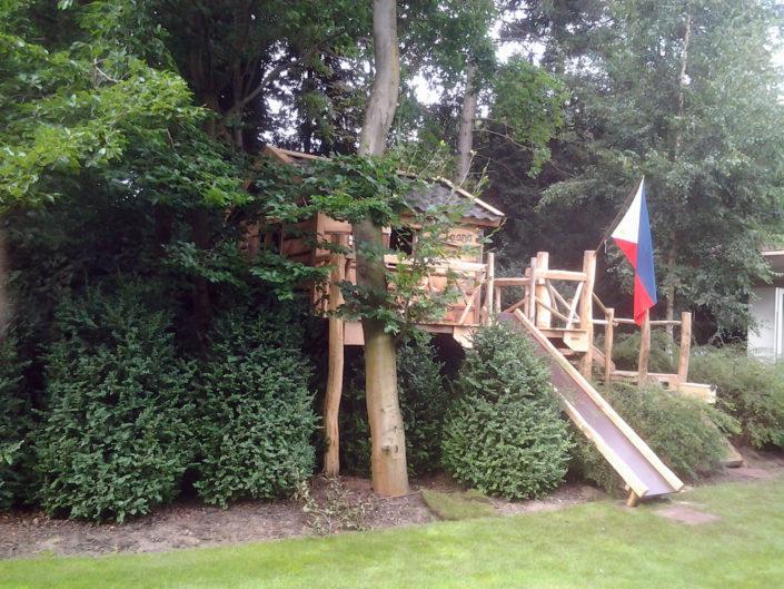 Boomhut-verscholen-in-tuin-Kastaan