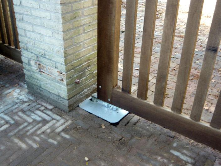 Grondbak-automatisering-poort-met-gemetselde-pilaster-Kastaan