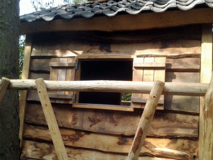 boomhut-eiken-raam-met-luiken-Kastaan