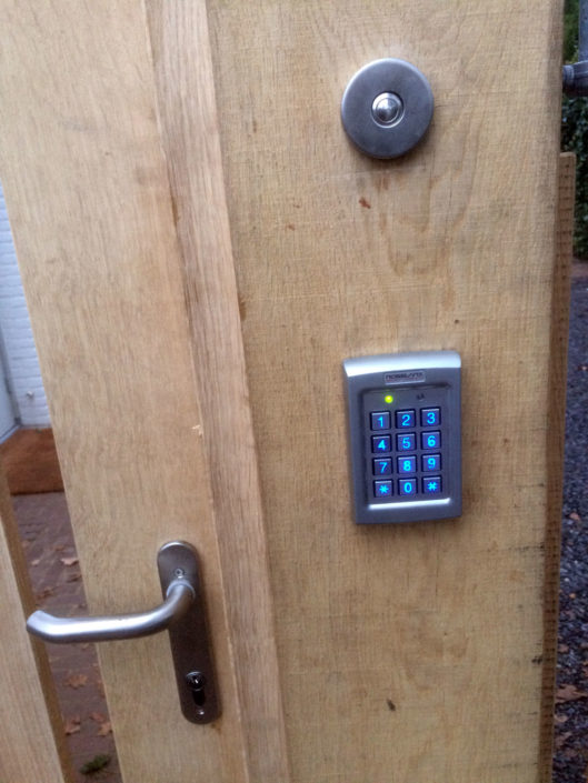 codeklavier-openen-houten-poort-Kastaan
