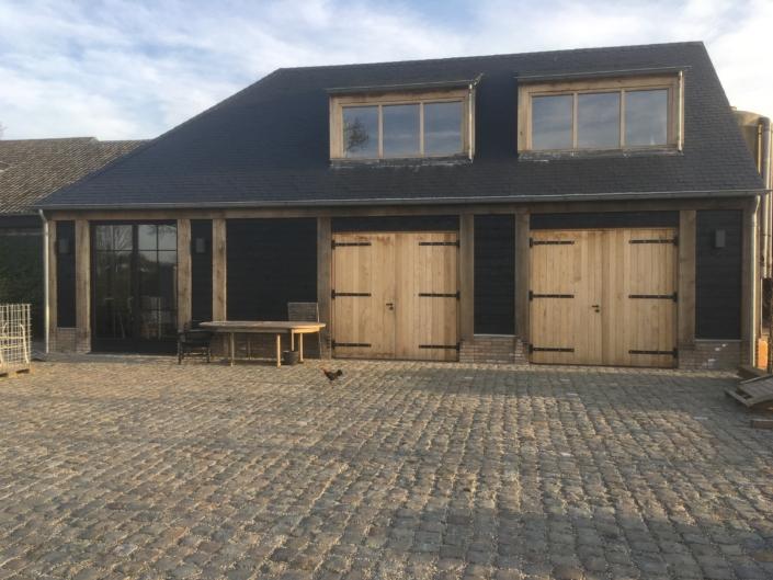 eiken-bijgebouw-lei-dakbedekking-garagedeuren-kastaan