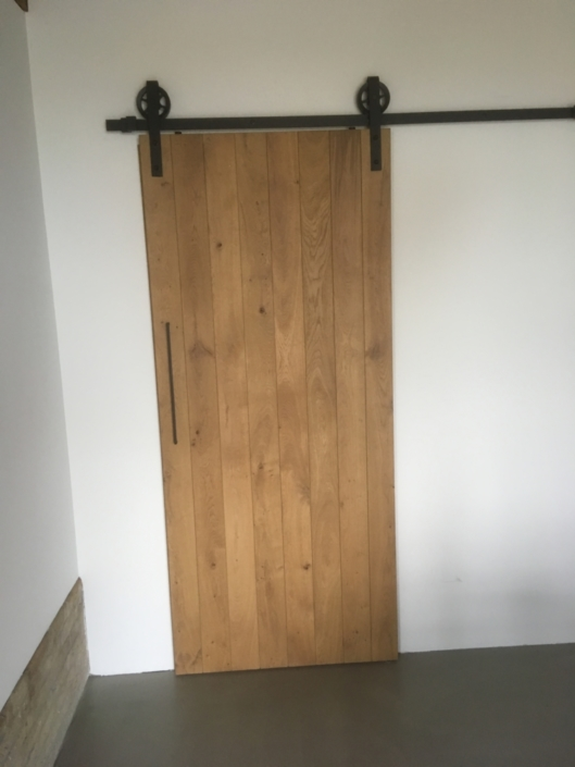 eiken-schuifdeur-zwart-beslag-hout-kastaan