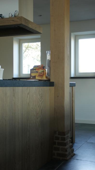 detail-eiken-staander-binnen-eiken-keukenblok-hout-kastaan