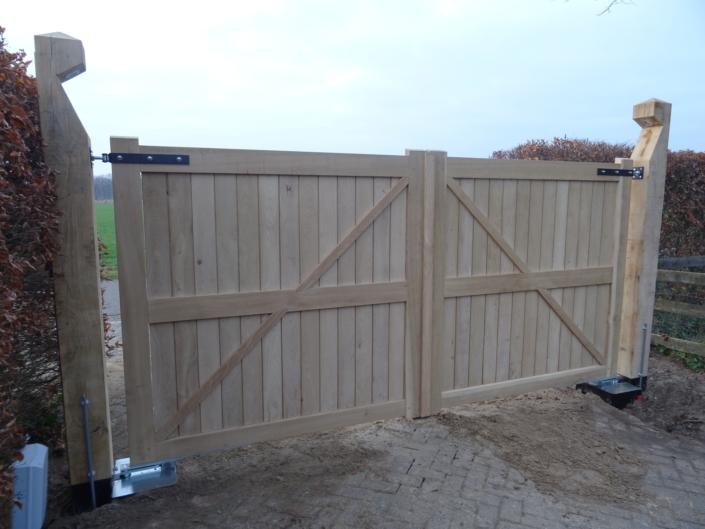 eiken-poort-verlichting-staanders-zwart-hang-en-sluitwerk-kastaan