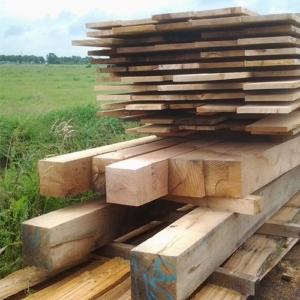 Balken en planken op maat gezaagd