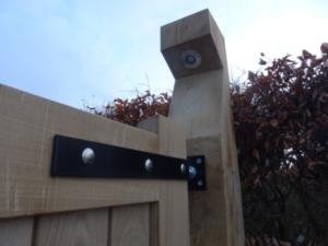 eiken-poort-staander-verlichting-zwart-hang-en-sluitwerk-kastaan-hout-rechts