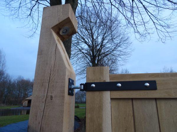 eiken-poort-staander-verlichting-zwart-hang-en-sluitwerk-kastaan-hout